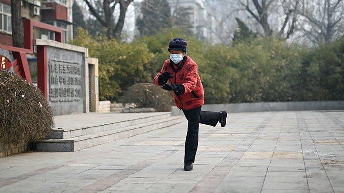nenek-di-china-mengenakan-masker-saat-berlatih-tai-chi.jpg