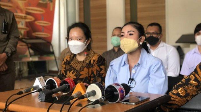Nindy Ayunda bongkar perselingkuhan Askara Parasady saat ditemui di Komnas Perempuan di kawasan Menteng, Jakarta Pusat, Selasa (16/2/2021).
