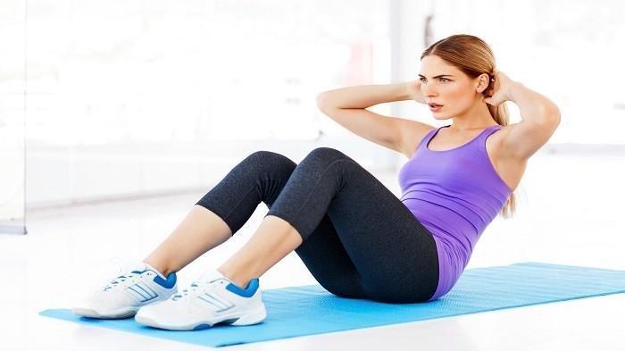 Sit up bisa kamu lakukan dengan cara tekuk kedua kaki dengan sudut 90 derajat di alas yang nyaman, lipat dan letakkan kedua tangan di bawah kepala sebagai sandaran.