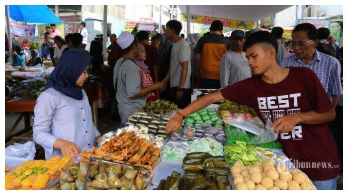 Warga membeli makanan untuk berbuka puasa di Pasar Takjil