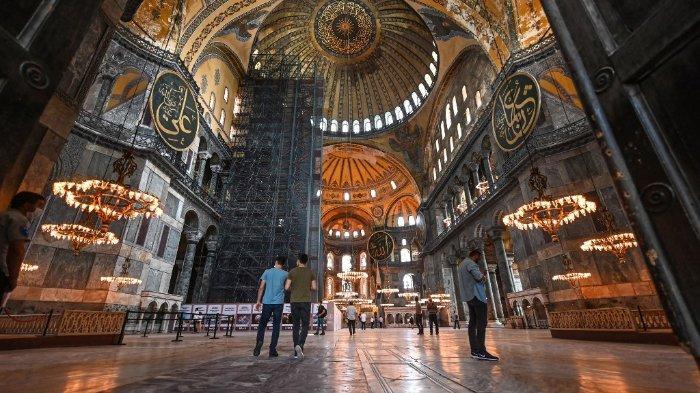 Orang-orang mengunjungi museum Hagia Sophia pada 26 Juni 2020 di Istanbul. Pengadilan tinggi Turki dijadwalkan pada 2 Juli 2020 untuk memberikan vonis kritis pada status landmark landmark Istanbul yang menjadi museum masjid yang berubah menjadi masjid, Hagia Sophia, sebuah keputusan yang dapat mengobarkan ketegangan terutama dengan negara tetangga Yunani. Gedung abad keenam - sebuah magnet bagi para wisatawan di seluruh dunia dengan arsitekturnya yang menakjubkan - telah berfungsi sebagai museum sekuler sejak tahun 1930-an yang menjadikannya terbuka bagi umat beragama dari semua agama.