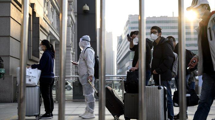 Orang-orang yang memakai masker wajah tiba di Stasiun Kereta Api Hankou di Wuhan untuk mengambil salah satu kereta pertama yang meninggalkan kota di provinsi Hubei, China awal pada 8 April 2020. Ribuan warga yang lega mengalir keluar dari Wuhan China pada 8 April setelah pihak berwenang mengangkat kebijakan lockdown setelah berbulan-bulan karena virus corona, menawarkan beberapa harapan kepada dunia meskipun rekor kematian di Eropa dan Amerika Serikat. NOEL CELIS / AFP