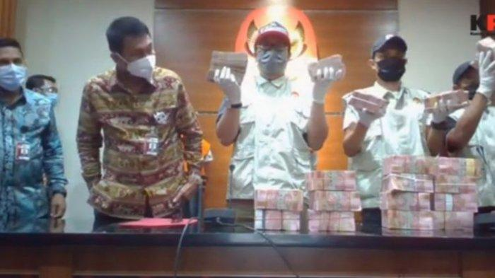 Petugas Komisi Pemberantasan Korupsi (KPK) menunjukkan barang bukti yang didapat dari operasi tangkap tangan Bupati Banggai Laut Wenny Bukamo, Jumat (4/12/2020).