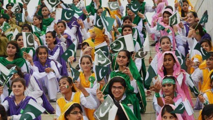 Warga Pakistan merayakan kemerdekaan.