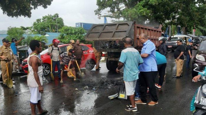 Kegiatan pembersihan sisa kerusuhan di Jalan Siliwangi Kota Manokwari, Ibu Kota Provinsi Papua Barat, Selasa (20/8/2019). Kerusuhan yang terjadi kemarin berdampak terhadap sepinya aktivitas warga. Toko-toko masih tutup dan sekolah libur hingga Selasa ini.