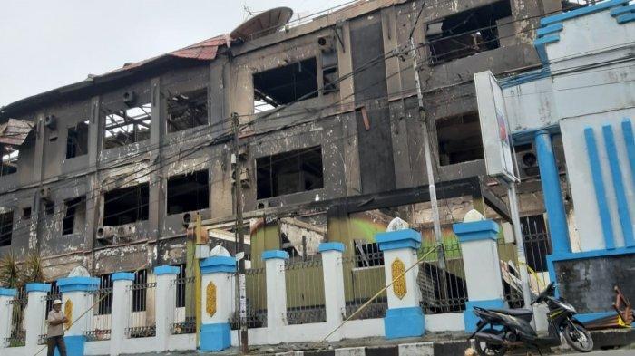 Puing gedung Kantor Gubernur Papua Barat yang lama, tampak hitam akibat terbakar pada kerusuhan di Manokwari, Senin (19/8/2019). Kerusuhan yang terjadi kemarin berdampak terhadap sepinya aktivitas warga. Toko-toko masih tutup dan sekolah libur hingga Selasa (20/8/2019) ini.