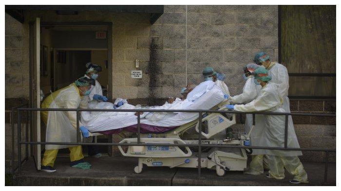 Para tenaga medis sedang memindahkan seorang pasien ke unit berbeda dari Covid-19 Unit di United Memorial Medical Center di Houston, Texas, (2/7/2020). Meski menjadi pusat kedokteran dengan banyak rumah sakit dan laboratorium penelitian, Houston terancam dibanjiri pasien Covid-19 di Texas yang melonjak. Amerika Serikat pada Kamis (2/7/2020) melaporkan ada lebih dari 55 ribu kasus baru Covid-19.