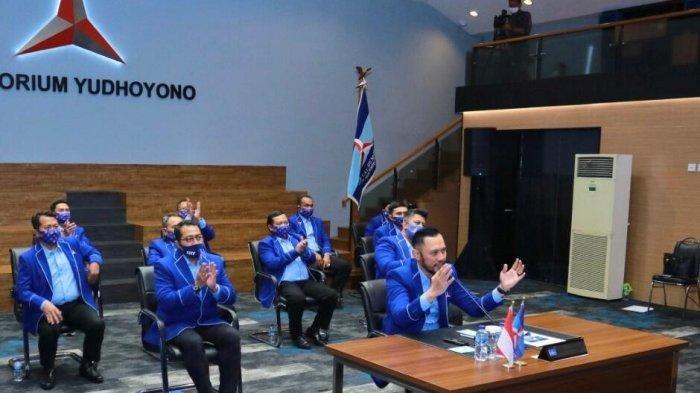 Ketua Umum Partai Demokrat Agus Harimurti Yudhoyono (AHY) bersama Sekjen, Teuku Riefky Harsya, dan jajaran pengurus Partai Demokrat lainnya saat mengumumkan pemecatan tujuh kadernya, Jumat (26/2/2021). Tujuh orang yang dipecat termasuk Marzuki Alie dan Jhoni Allen.