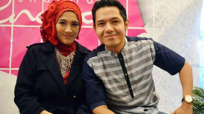 Pasangan artis Alyssa Soebandono dan Dude Harlino, tampil berdua saat pembukaan gerai butik busana muslimah di Grand Metropolitan Bekasi, Jawa Barat, Sabtu (11/10/2014). Keduanya kerap tampil berdua untuk menjaga hubungan selalu dekat dengan menjaga perasaan pasangan. Warta Kota/nur ichsan