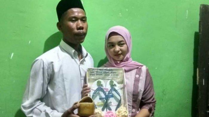 Pasangan Yudi dan Helmi usai ijab kabul dengan maskawin sandal jepit (Dokumen Warga via Kompas.com)