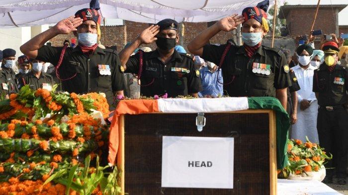 FOTO: Para perwira Angkatan Darat India memberi hormat setelah meletakkan karangan bunga di peti mati prajurit Satnam Singh yang terbunuh dalam bentrokan baru-baru ini dengan pasukan Cina di daerah lembah Galwan, selama upacara kremasi di desa Bhojraj dekat Gurdaspur pada 18 Juni 2020.
