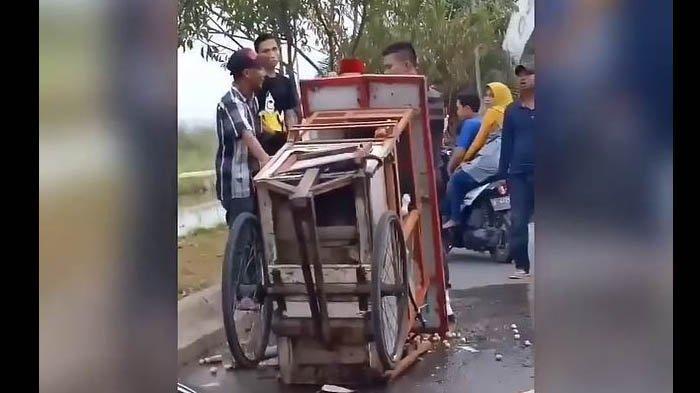 Gerobak pedagang bakso ditabrak hingga rusak oleh satpam untuk peringatkan agar tak jualan di kompleks.