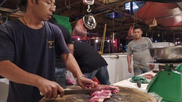 Salah satu pedagang daging sedang memotong potongan daging sapi untuk dijual di Pasar Anyar, Kota Tangerang, Banten, Selasa (19/1/2021) siang.