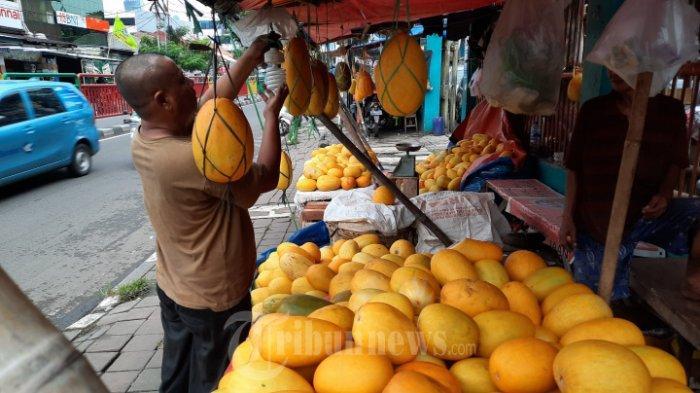 pedagang timun suri menjual dagangannya di area Pasar Palmerah, Jakarta Pusat (15/4/2021)