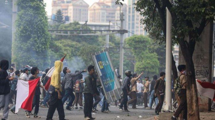 Pelajar melakukan Aksi Tolak RUKHP di Belakang Gedung DPR/MPR, Palmerah, Jakarta Barat, Rabu (25/9/2019).(KOMPAS.com/GARRY LOTULUNG)