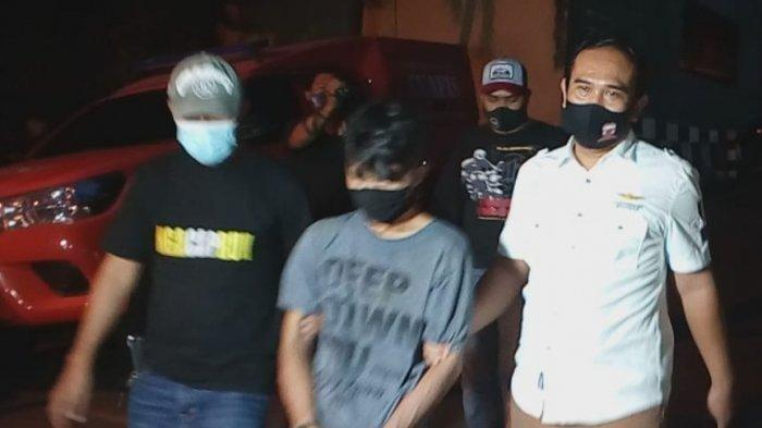 Pelaku terduga pembunuhan kakak kandung karena tidak direstui menikah lebih dulu, ditangkap dan digiring di Polres Metro Depok, Kamis (19/11/2020).