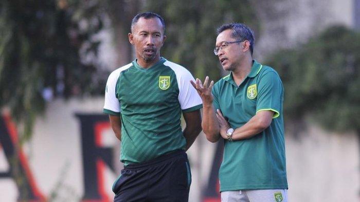 Pelatih baru Persebaya Surabaya Aji Santoso (kanan) berdiskusi dengan Uston Nawawi pada latihan rutin di Lapangan Mapolda Jatim, Surabaya, Kamis (31/10/2019) sore.(KOMPAS.COM/SUCI RAHAYU)