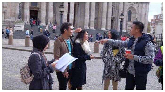 London Love Story  Dimas Anggara, Michelle Ziudith, Adila Fitri, dan Dion Wiyoko saat usai syuting London Love Story hari ke-delapan (sumber foto: Dok. Screenplay films)
