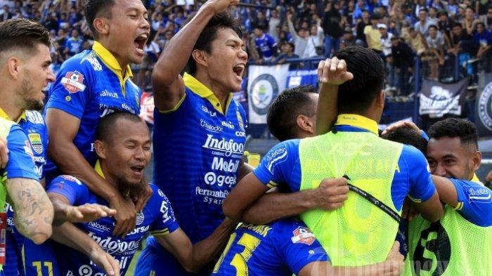 Pemain Persib Bandung meluapkan kegembiraannya usai mengalahkan Arema FC dalam pertandingan lanjutan Liga 1 di Stadion Si Jalak Harupat, Bandung, Selasa (13/11/2019). Persib Bandung berhasil melumat tamunya Arema FC tiga gol tanpa balas.