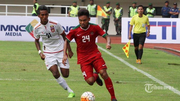 ILUSTRASI - Pemain Tim Nasional Indonesia U22 Saddil Ramdani menggiring bola pada pertandingan persahabatan antara Indonesia U22 vs Myanmar di Stadion Pakansari, Bogor, Jawa Barat, Selasa (21/3/2017). Timnas Indonesia U22 kalah dari Myanmar dengan skor 1-3.