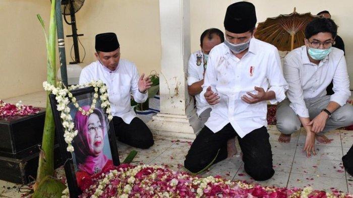 Presiden Jokowi tengah khusuk berdoa usai jenazah ibundanya Sudjiatmi Notomihardjo baru saja disemayamkan di pemakaman keluarga di Mundu, Desa Selokaton, Kecamatan Gondangrejo, Kabupaten Karanganyar, Jateng, Kamis (26/3/2020).