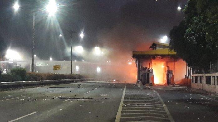 Demo Mahasiswa di DPR RI Berujung Pembakaran Pintu Tol Pejompongan (Warta Kota)