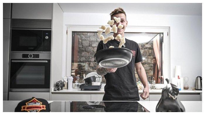 Para pembalap MotoGP melakukan berbagai kegiatan lain untuk mengisi jeda MotoGP, misal rider Petronas Yamaha SRT Fabio Quartararo menggunakan waktu luangnya untuk memasak (MotoGP)