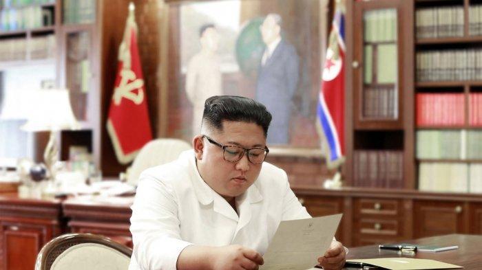 pemimpin-korea-utara-kim-jong-un-membaca-surat-pribadi-dari-presiden-as-donald-trump.jpg