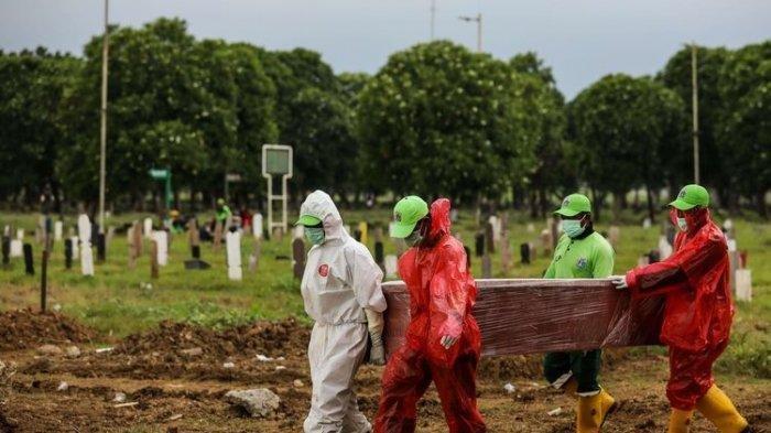 Petugas pemakaman membawa peti jenazah pasien suspect virus corona atau Covid-19 di TPU Tegal Alur, Jakarta Barat, Selasa (31/3/2020). Pemprov DKI Jakarta telah menyiapkan dua tempat pemakaman umum (TPU) untuk memakamkan pasien terjangkit virus corona (Covid-19) yang meninggal dunia, yakni di TPU Tegal Alur di Jakarta Barat dan TPU Pondok Ranggon di Jakarta Timur. Jenazah yang dapat dimakamkan di sana, yakni yang berstatus pasien dalam pengawasan (PDP) dan berstatus positif terjangkit virus corona.