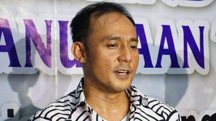 Pengusaha Dipo Latief saat mendampingi artis peran dan pembawa acara Nikita Mirzani pada jumpa pers di kantor Komisi Nasional Perlindungan Anak di TB Simatupang, Jakarta Selatan, Kamis (31/5/2018).(KOMPAS.com/DIAN REINIS KUMAMPUNG)