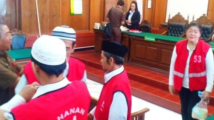 Terdakwa Eksi saat menjalani sidang di PN Surabaya beberapa waktu lalu.