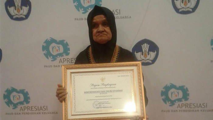 Siti yang sehari-hari bekerja sebagai pedagang sayur mendapat penghargaan dari Nadiem Makarim karena berhasil mendidik ketujuh anaknya seorang diri, salah satu anaknya bisa kuliah S2 di Amerika.