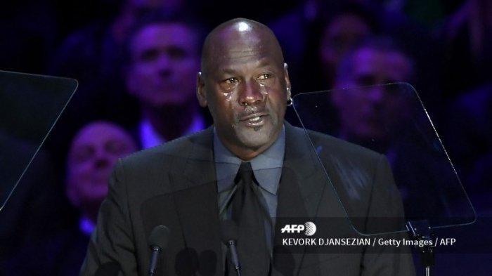 Pensiunan pemain bola basket AS Michael Jordan menangis ketika ia berbicara selama