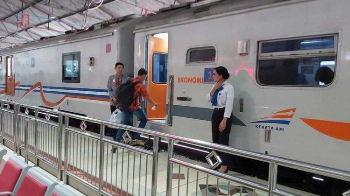 Penumpang menaiki kereta api di Stasiun Madiun (26/2/2020)