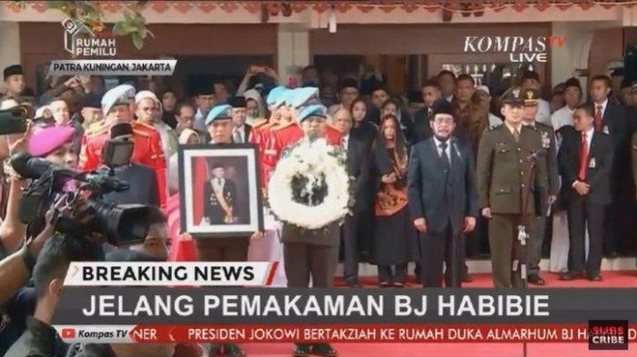 Penyerahan jenazah BJ Habibie diikuti dengan upacara militer di rumah duka, Jalan Patra Kuningan XII/3, Jakarta Selatan, Kamis (12/9/2019).