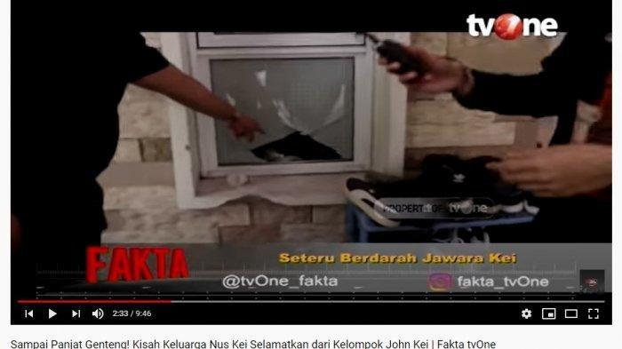 Nus Kei juga memperlihatkan kantung plastik berisi bensin yang diduga sengaja dilempar ke keriamannya oleh anggota John Kei untuk membakar rumahnya (YouTube Talk Show tvOne)