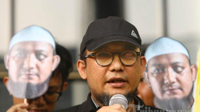 Penyidik KPK Novel Baswedan serta sejumlah aktivis antikorupsi dan wadah pegawai (WP) KPK memperingati 500 hari penyerangan air keras kepada penyidik KPK Novel Baswedan, di gedung KPK, Jakarta, Kamis (1/11/2018). Peringatan digelar untuk mendorong pemerintah dalam hal ini Presiden Joko Widodo atau Jokowi menyelesaikan kasus-kasus penyerangan terhadap para aktivis. WP KPK juga mengaitkan kasus tersebut dengan tewasnya aktivis HAM, Munir Said Thalib pada 2004 lalu