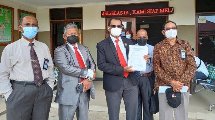Sebanyak 205 pengacara yang tergabung dalam Perhimpunan Advokat Indonesia (Peradi) menggugat pihak pemerintah dan Telkom atas kerugian materil akibat putusnya jaringan internet di Kota Jayapura.