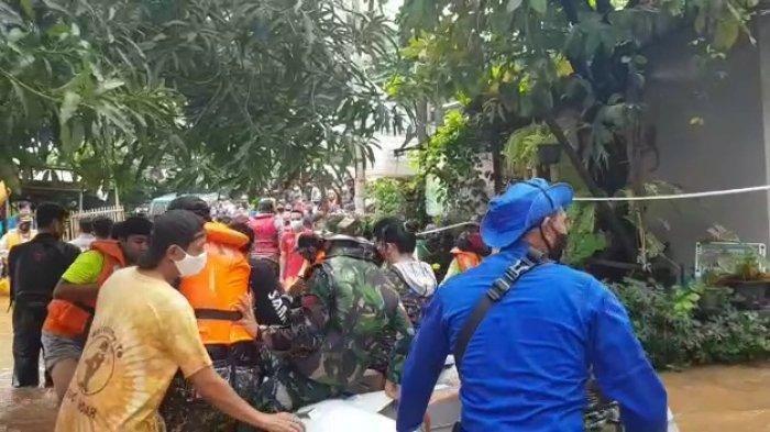 Perahu karet bertuliskan FPI saat digunakan untuk evakuasi warga 04 Kelurahan Cipinang Melayu, Makasar, Jakarta Timur pada Sabtu (20/2/2020) lalu.