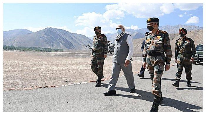 Perdana Menteri India, Narendra Modi, berjalan bersama komandan militer setelah dirinya sampai di Leh, Ladakh (3/7/2020). Ini adalah kunjungan pertamanya di tempat itu sejak terjadinya bentrok berdarah antara pasukan India dan China bulan lalu.
