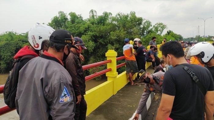 Kapolsek Gondangrejo, Iptu S Widiyatmoko mengecek lokasi tempat perempuan asal Sragen nekat menceburkan diri ke sungai, Kamis (17/6/2021).