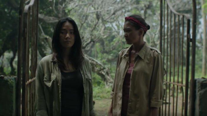 Potongan adegan film Perempuan Tanah Jahanam (2019) yang dibintangi oleh Marissa Anita dan Tara Basro.