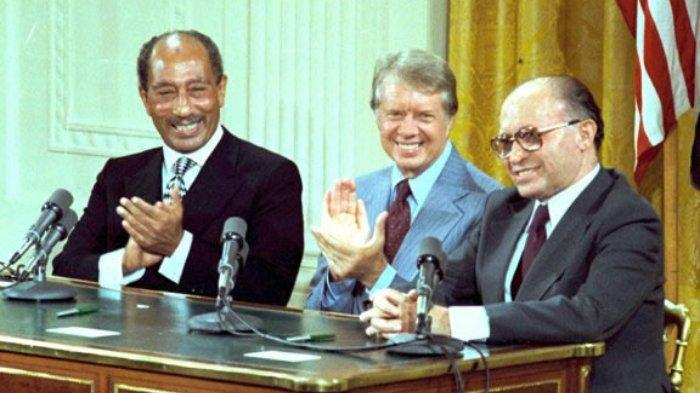 Dari kiri ke kanan, Presiden Mesir Anwar Sadat, Presiden Amerika Serikat Jimmy Carter, dan Perdana Menteri Israel, Menachem Begin dalam peristiwa bersejarah penandatanganan Perjanjian Camp David pada 17 September 1978 di Camp David, Ruang Barat Gedung Putih.