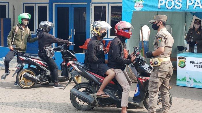 PERPANJANGAN PSBB - Petugas gabungan melakukan pemeriksaan Surat Ijin Keluar Masuk (SIKM) Jakarta terhadap para pengendara di depan pos satlantas Jakarta Barat, unitlantas Kalideres, Jakarta Barat, Kamis (2/7/2020). Hal ini dilakukan terkait perpanjangan masa Pembatasan Sosial Berskala Besar (PSBB) transisi di ibukota hingga 14 hari ke depan. WARTA KOTA/NUR ICHSAN