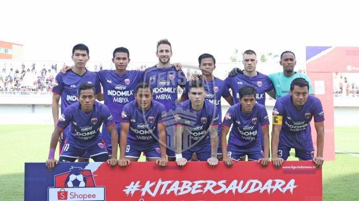 Para pemain Persita Tangerang sebelum laga kontra PSM pada lanjutan Liga 1, Senin, 9 Maret 2020.