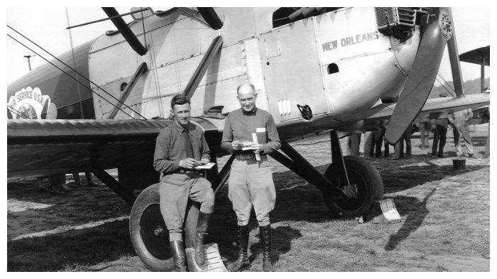 Letnan Harding dan Eric Nelson di depan pesawat New Orleans