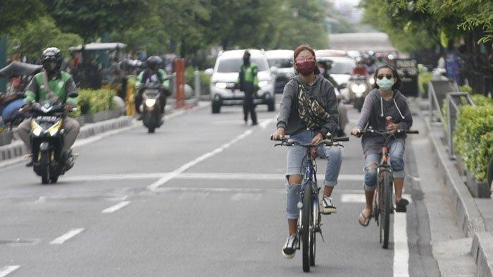 Pesepeda menggunakan masker saat berkatifitas di kawasan Malioboro, Kota Yogyakarta, Senin (8/6/2020). Pemda DIY telah mengeluarkan aturan bagi warga wajib menggunakan masker saat beraktifitas di luar rumah untuk mengurangi paparan virus Corona.