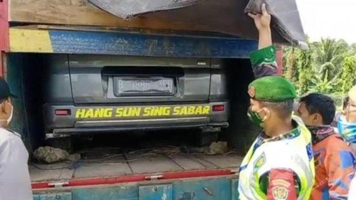 Petugas di Cek Poin Pelabuhan Merak menggagalkan aksi mudik sepasang suami istri yang menyembunyikan mobil pribadinya di atas truk, Minggu (3/5/2020).
