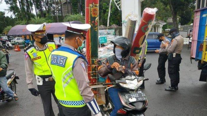 Petugas di salah satu Pos Penjagaan Perbatasan Kota Tasikmalaya meminta kendaraan pemudik berputar arah dalam rangka pencegahan penyebaran covid-19, Sabtu (2/5/2020).(KOMPAS.COM/IRWAN NUGRAHA)