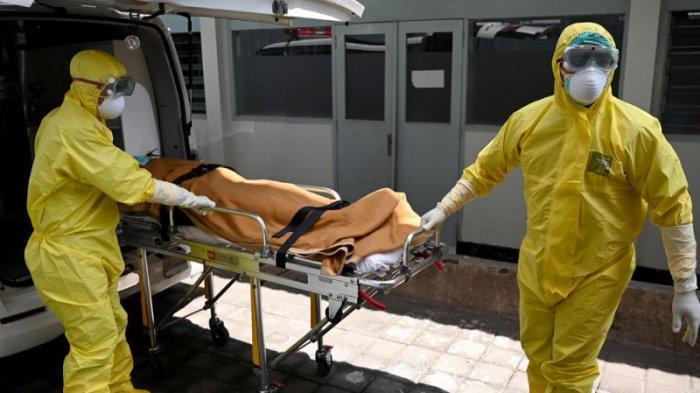 Petugas kesehatan yang mengenakan alat pelindung ikut serta dalam latihan dalam menangani pasien Covid-19, di Rumah Sakit Sanglah di Denpasar, Bali, pada 12 Februari 2020.